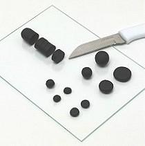 Paso 4. Para unas perlas planas, formar un rollo de negro FIMO, cortar rodajas gruesas, en forma de bolas y luego se prensan esas bolas.