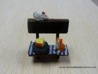 Banco de madera con ratón, gato y queso