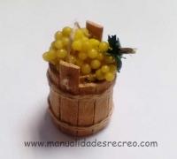 Cubo con uvas - Cubo de madera con uvas