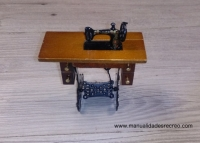 Maquina de coser en mueble