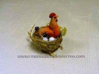 Nido con gallina ponedora -
