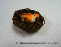 Pajaro en nido - Pájaro en miniatura con nido