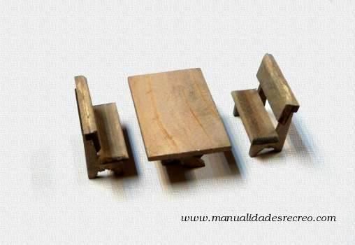 Mesa con bancos de madera en miniatura for Mesa con bancos de madera para cocina